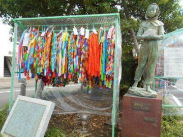 平和への願いを込めて、毎年8月1日から8月15日まで「ガラスのうさぎ」像に千羽鶴を飾っています。